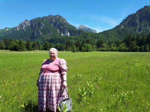 Waltraud Witteler hält eine Wildkräuterführung
