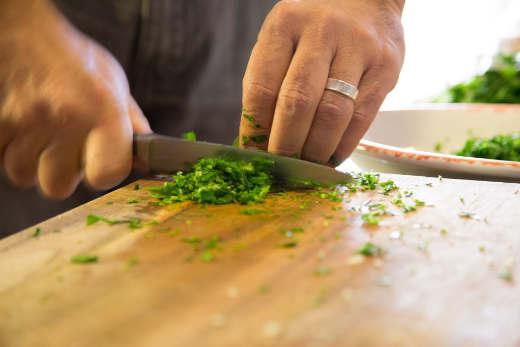 Kräuter werden geschnitten