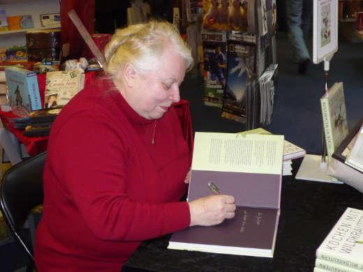 Autorin Waltraud Witteler signiert ein Buch