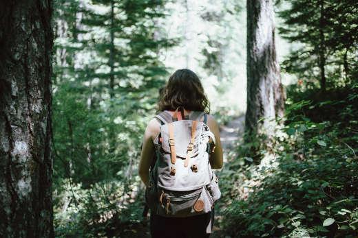 Frau geht in Wald