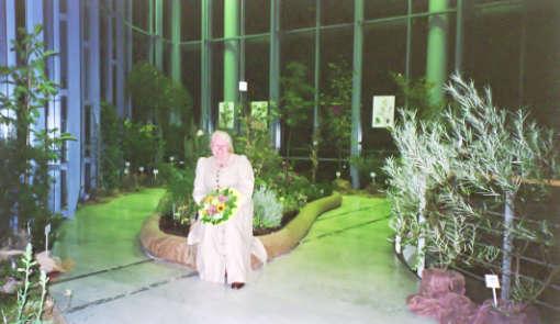 Waltraud Witteler im Apotheker-Garten